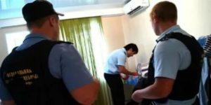 Может ли по закону пристав арестовать имущество сына должника